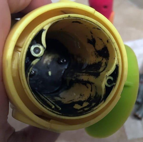 洗澡玩具電池液漏出
